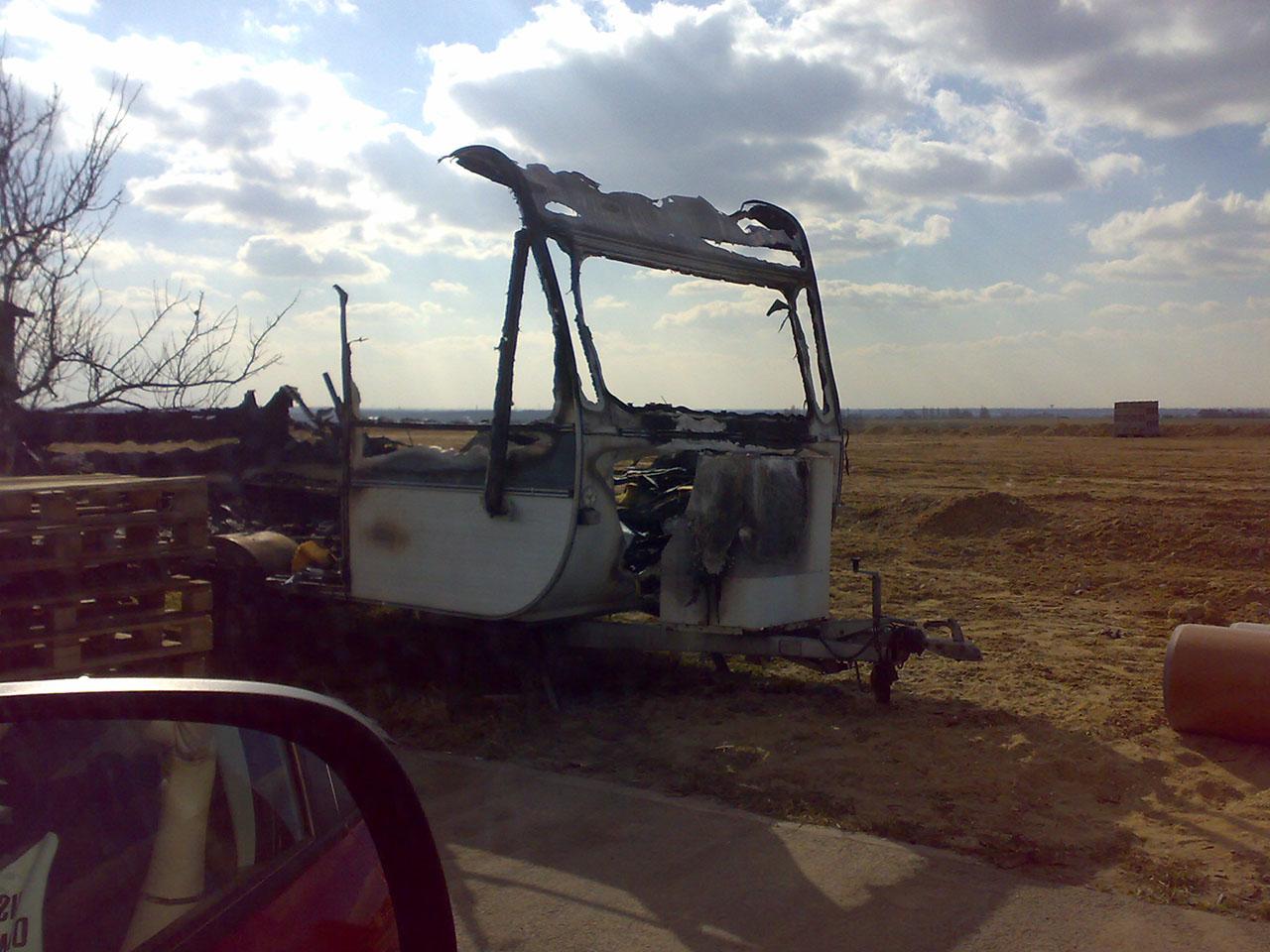 Kiégett lakókocsi
